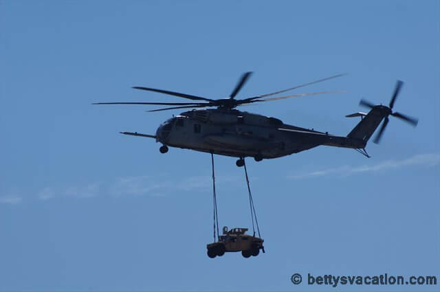Auto hängt an Helikopter