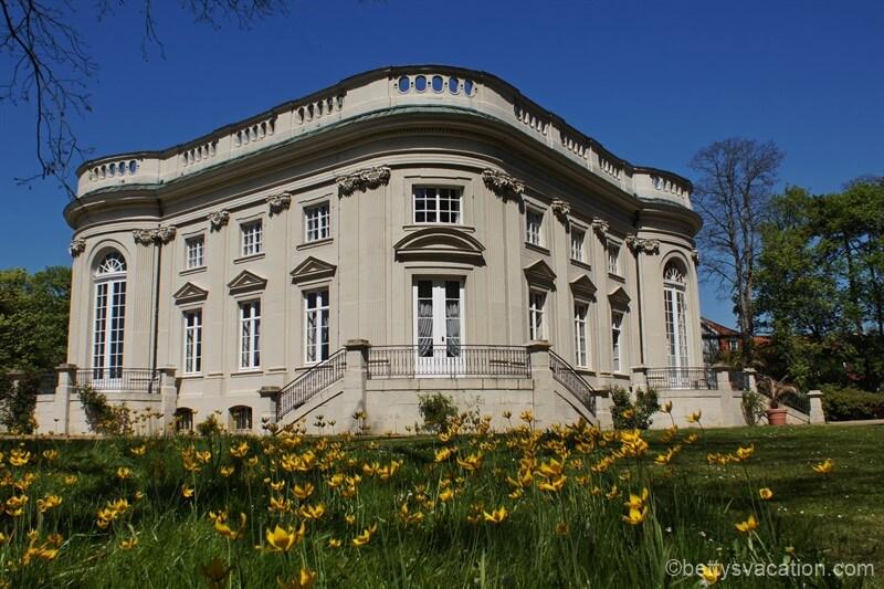 Schloss Richmond in Braunschweig im Frühling mit Blumen.
