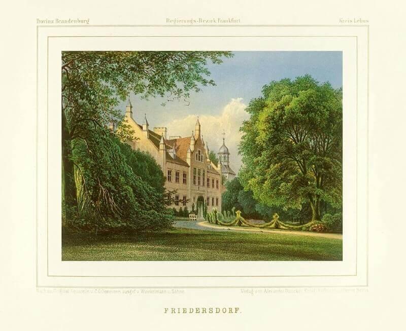 Schloss Friedersdorf im neugotischen Stil halb verdeckt von Bäumen.