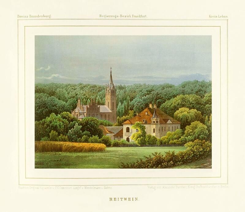 Historisches Schloss mit großer Kirche und Waldgebiet im Hintergrund.