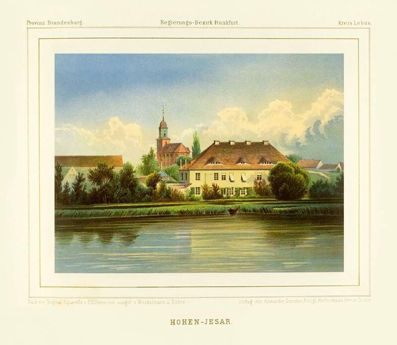 Gelbes Schloss mit Kirche im Hintergrund am See.
