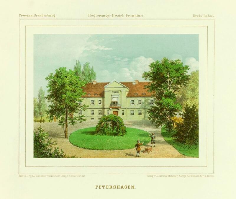 Historische Aufnahme von Gut Petershagen mit Rondell und Bäumen.
